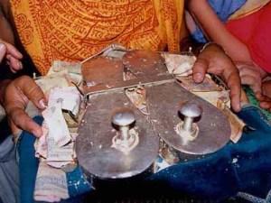 As sandálias usadas por Sri Caitanya Mahaprabhu, adoradas no templo de Sri Dhamesvara