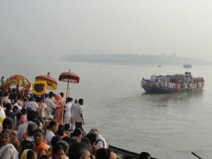 Procissão de peregrinos atravessando o Rio Ganges