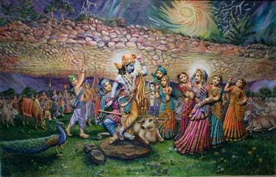 Estando sujeito à maya de Sri Krsna, o orgulhoso Indra inundou Gokula com correntes de chuva. Neste momento, Sri Hari levantou Giriraja- Govardhana e cuidadosamente protegeu Gokula.