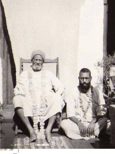 Pela misericórdia infinita do meu Guru Maharaja, ele atraiu esta pessoa sem qualificações e deu-me um lugar a seus pés de lótus.