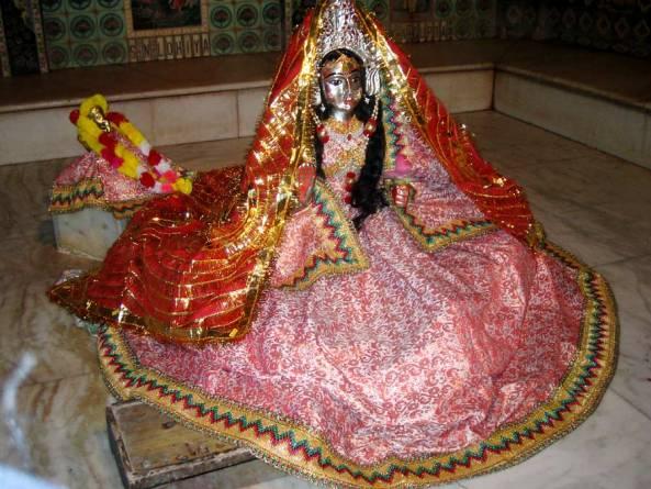 Linga de Sri Gopisvara Mahadeva (Siva) em sua forma de uma gopi de Vrindavana.