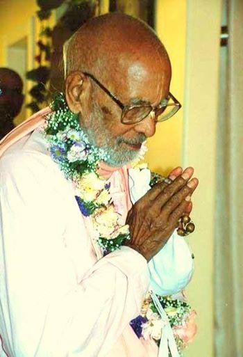 Se queremos adentrar em bhakti pura, devemos honrar os Vaisnavas, de acordo com o nível de cada um. Abandone toda a raiva. Desista de toda inveja e tente honrar os Vaisnavas adequadamente. Se alguém tiver alguma inveja em seu coração, não poderá meditar sobre Navadvipa-dhama e Vraja-dhama, onde aasta-kaliya-lila está eternamente acontecendo.