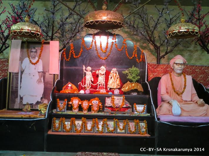 Deidades de Radha-kunja, junto a murti de Srila Gurudeva