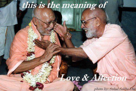 """""""Este é o significado de amor e afeição"""". (Srila Gurudeva à direita e Srila Bhakti Ballabha Tirtha Maharaja à esquerda)"""