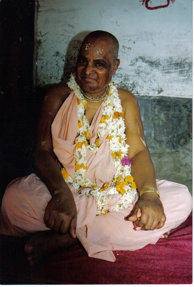 """Deixai-me pedir por prema-dhana, a riqueza do amor a Deus, deixe-me distribuir prema (amor) e Ananda (felicidade)! Deixe-me te servir! Derrame sua misericórdia sobre mim, Prabhu! por favor, abençoe-me com prema-bhakti, amor extático por você! """""""