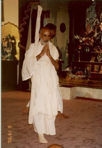 """Quando Nityananda Prabhu fez que ia tocar-lhe os pés, Ele se adiantou para tocar os pés de Nityananda primeiro. Não ostentava falso ego algum, pensando: """"Sou guru, todos devem me respeitar. Por que eu deveria respeitar os outros?"""". Na verdade, quem pensa assim não é devoto puro. Guru é aquele que respeita o próximo."""