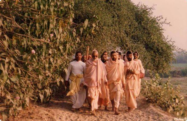 """Nityananda Prabhu estava muito satisfeito encontrá-lo. Nityananda prabhu colocou os pés sobre a cabeça de Jiva e disse: """"Eu vim aqui só para me encontrar com você, caso contrário, eu teria ficado em Khardaha."""" Ele mostrou a Jiva todos os locais dos passatempos de Mahaprabhu em Navadvipa, e depois demostrou-lhe grande misericórdia, ordenando que ele ficasse com Srila Rupa Gosvami e Srila Sanatana Gosvami em Vrndavana."""