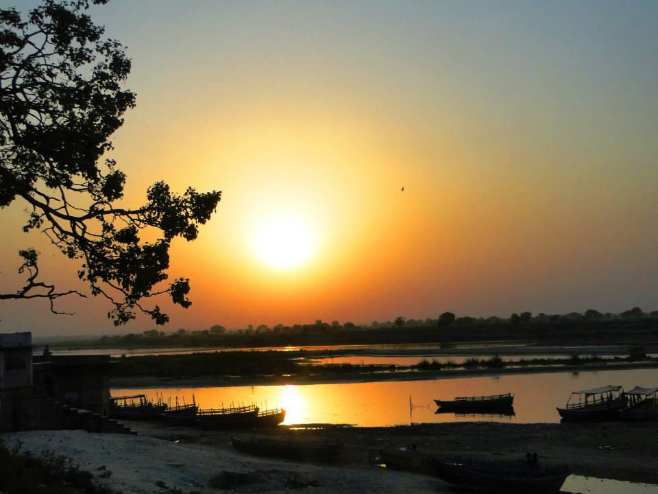 Radhika apareceu em Raval no rio Yamuna, em uma flor de lótus de mil pétalas.