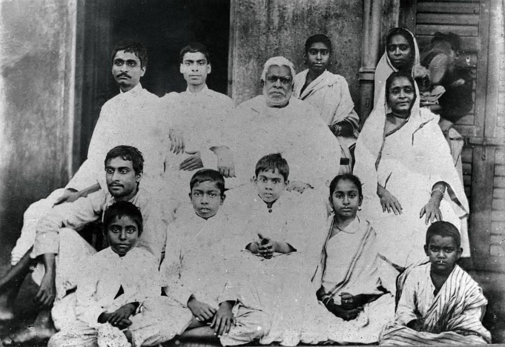 Srila Bhaktivinoda Thakura e sua grande família.