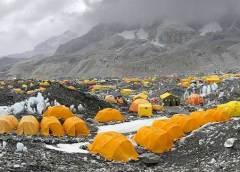 विशेषज्ञों का मानना है कि पर्वतारोहण का हाल के वर्षों में लोकप्रिय होना एवरेस्ट पर भीड़ बढ़ने का एक बड़ा कारण है. एवरेस्ट पर चढ़ाई करना मौजूदा समय में कमाई करने का एक अच्छा व्यवसाय भी बन गया है.