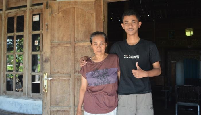 Ikhsan Tanoto Mulyo dan Ibu. (Credit: ugma.ac.id)