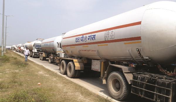 भारतबाट इन्धन र खाद्यान्न बोकेका ८५ ट्याङ्कर र ट्रक भित्रिए