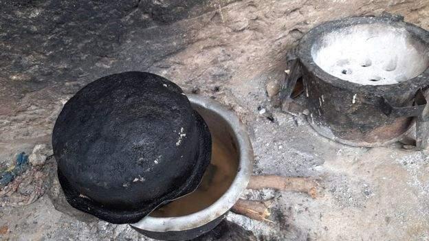केन्याः गरिबीले थिचिएकी आमाले ढुङ्गा उमालेर बच्चालाई फकाइन्