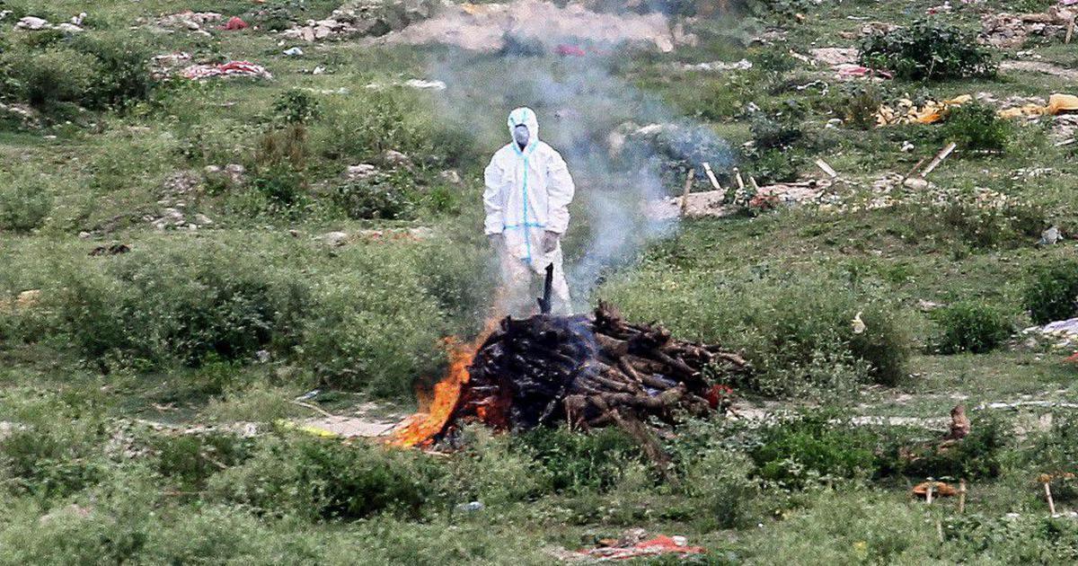 कोरोना संक्रमण त्रास : स्थानीयको आक्रमणपछि आधा जलेको शव बोकेर भागे मृतकका आफन्त