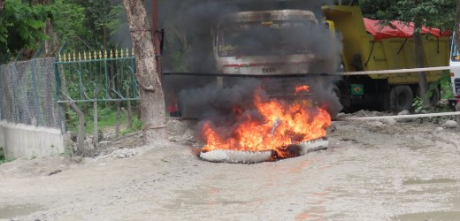 भरतपुरमा १५ वटा टिप्परहरुमा स्थानीयको तोडफोड