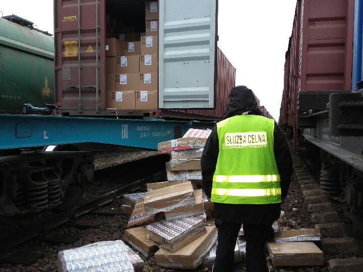 Papierosy w kontenerze z Chin