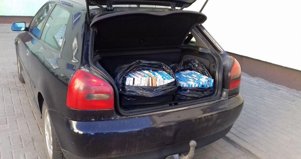 Przewoził w bagażniku 200 kartonów papierosów