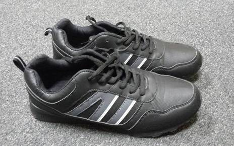 Łupem sprawcy kradzieży rozbójniczej padły buty sportowe
