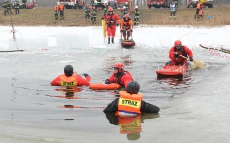 Pokazy ratownictwa lodowego w wykonaniu bialskiej Jednostki Ratowniczo-Gaśniczej