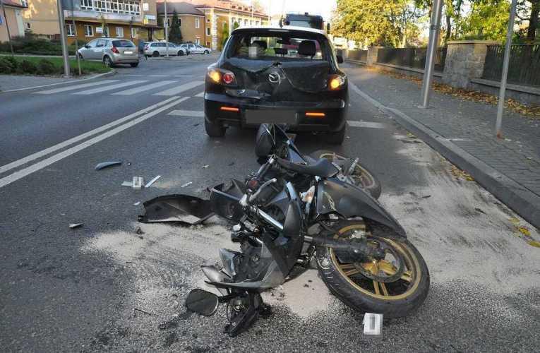 Kierująca motocyklem 15-latka uderzyła w tył auta