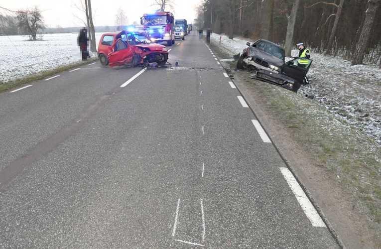 Po czołowy zderzeniu do szpitala trafiły dwie osoby