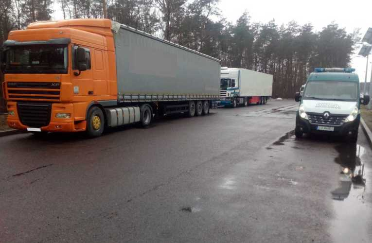 Skrajnie zużyte i popękane tarcze hamulcowe w rosyjskiej i białoruskiej naczepie