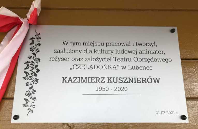 """Odsłonięcie tablicy upamiętniającej założyciela Teatru """"Czeladońka"""" Kazimierza Kusznierów."""