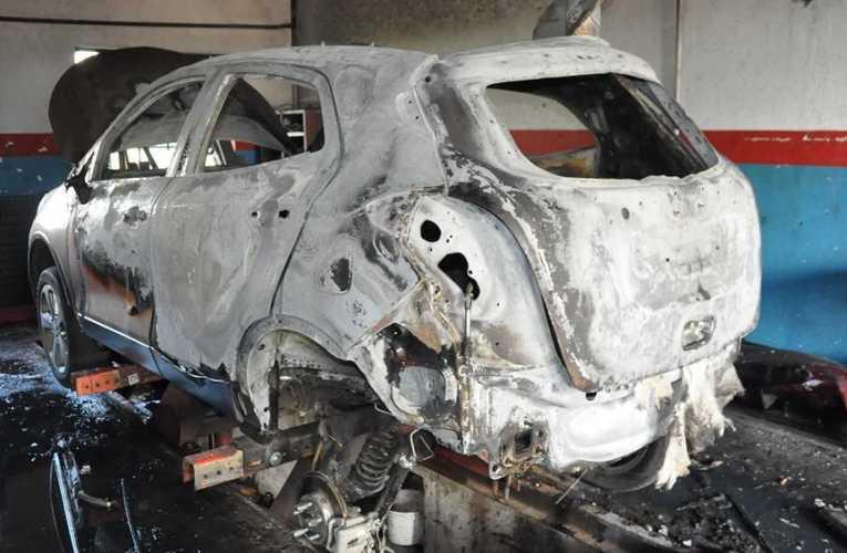 Podczas naprawy zapaliło się auto
