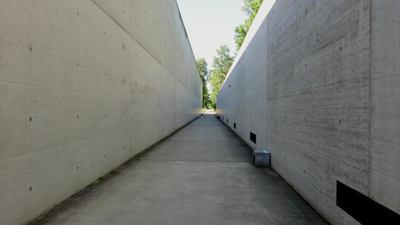 Toegangspad naar het museum Bergen-Belsen