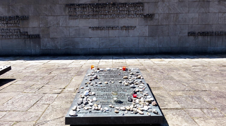 nederlandse gedenking bij monument bergen-belsen
