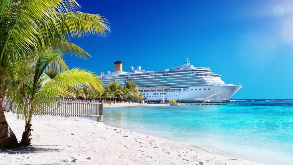 Cruiseschip bij parelwit caribisch strand