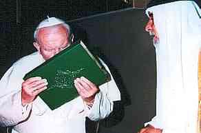 Papa João Paulo II beija o Corão em visita ao Iraque