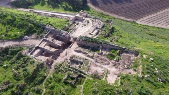 The large 6-chambered gate at Tel Lachish can be clearly seen in this arial photo.