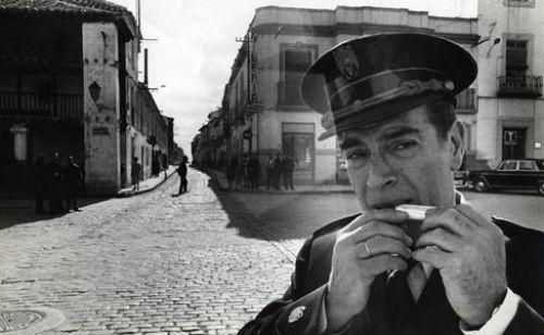 Imagen de la serie de televisión Plinio, con el guardia municipal dirigiendo el tráfico en Tomelloso.