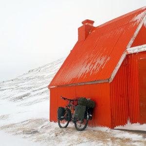 """Noc Bibliotek – Artur Wysocki """"W pogoni za zorzą, czyli samotne okrążenie Islandii rowerem"""""""