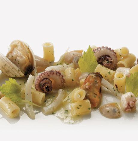 Insalata di ditaloni lisci ai frutti di mare  ricetta