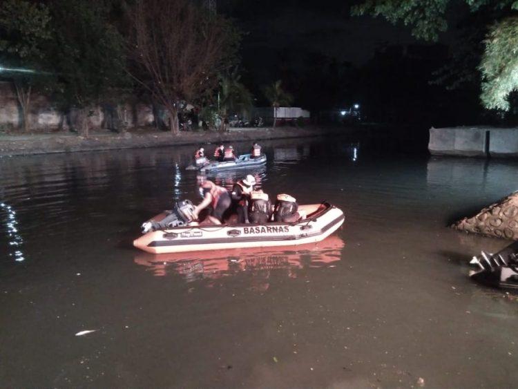Petugas menyisir Sungai Kalimas untuk mencari korban tenggelam menggunakan perahu karet /Ist