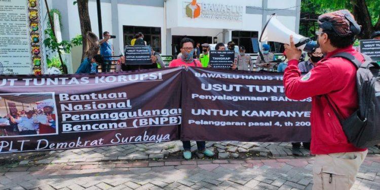 LSM Mapekat saat menggelar aksi di depan kantor Bawaslu Surabaya /Ist