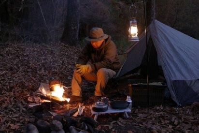 палатка мужчины шляпы возле костра