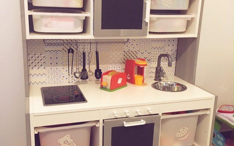 une cuisine pour enfant avec plein de