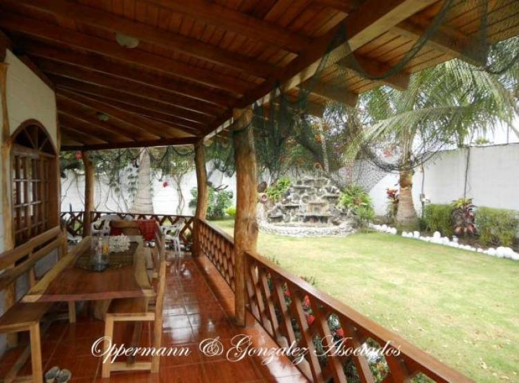 Casa con 3 anexos y jardin bonito en venta en Pedernales CAV7239