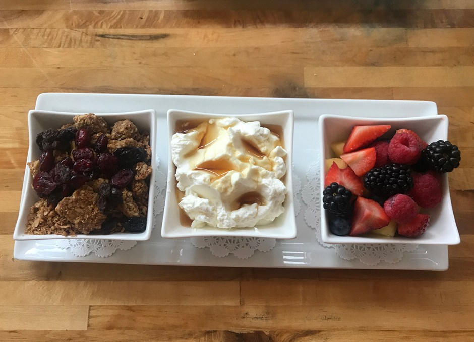 Azur greek yogurt and granola with berries