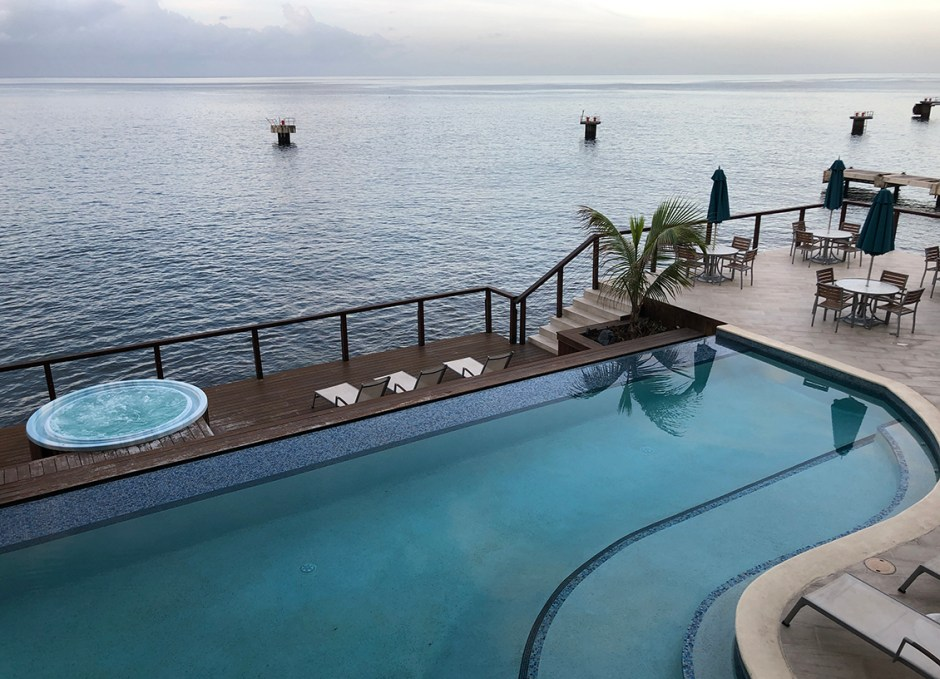 FORT YOUNG HOTEL INFINITY POOL AND HOT TUB