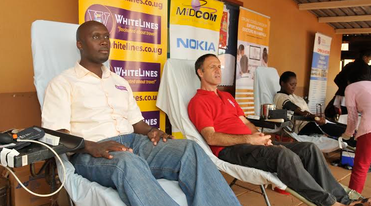 (L-R ) Mr Oscar Ofumbi, Managing Director, Whitelines Education Services and Mr Steven Brown, Chairman, Parent-staff Association Rainbow international donating blood.