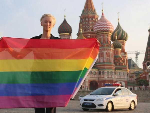 tilda-swinton-moscow-rainbow-flag