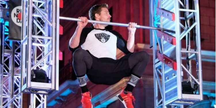 ARROW's Stephen Amell Makes the AMERICAN NINJA WARRIOR Course Look Easy Featured