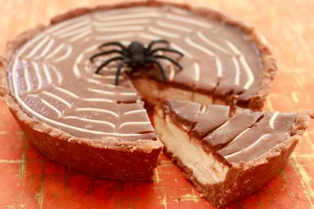 Halloween recipes, twix pie, twix candy bars, halloween treats, Halloween party ideas, halloween desserts, cheesecake pie, no bake cheesecake