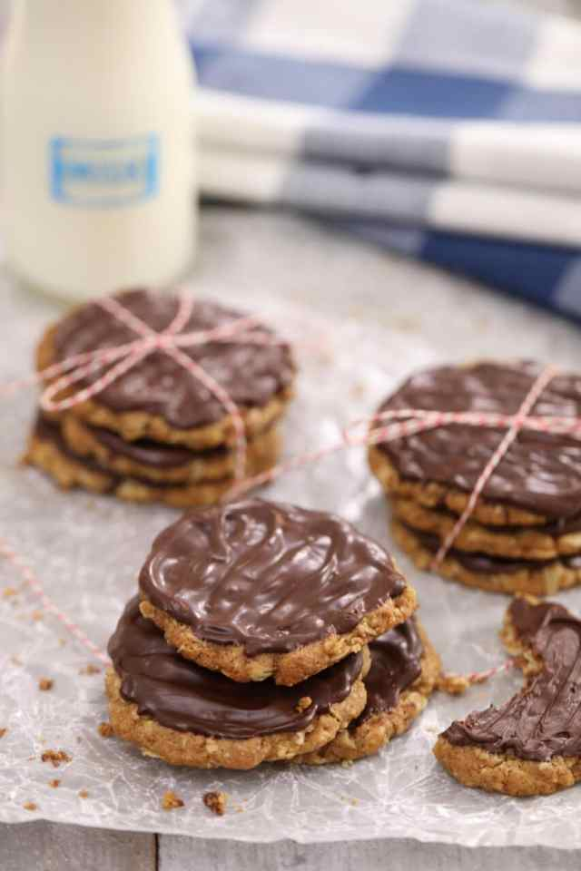 Homemade Chocolate Hobnobs, Chocolate Hobnobs recipe, biscuit recipe, cookie recipes, oat biscuit recipe, Oat cookies, chocolate cookies, how to make cookies, easy cookie recipe, easy biscuit recipe, healthy cookie recipe