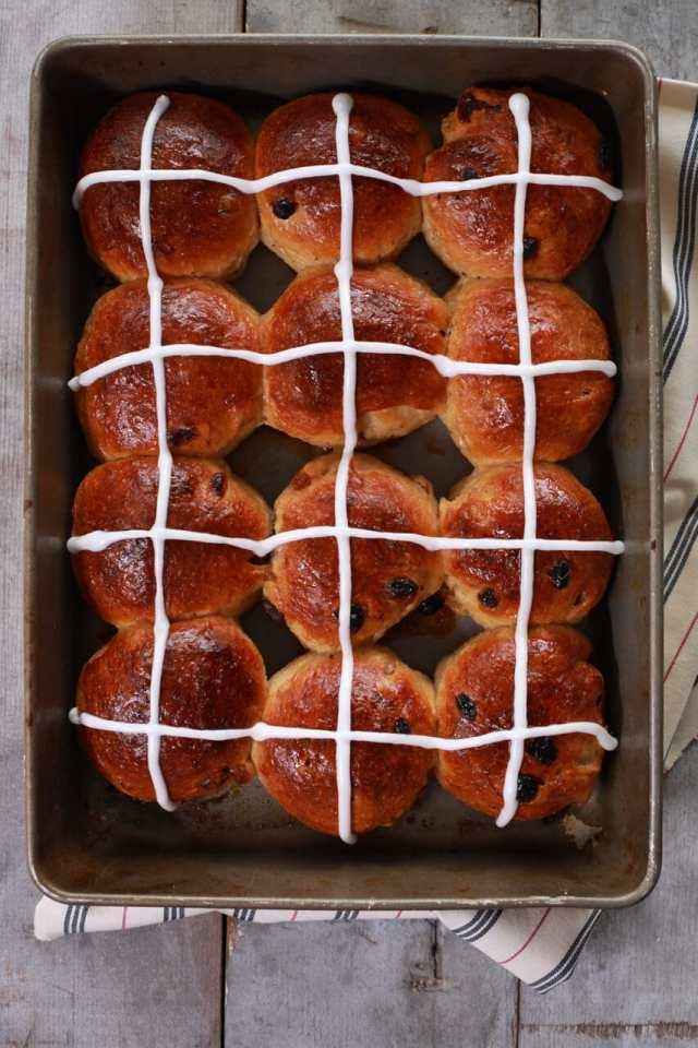 hot cross buns, hot cross buns recipe, how to make hot cross buns, Easter desserts, traditional easter desserts, easter sweets, spring desserts, spring recipes, easter recipes