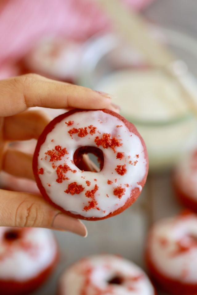 Red velvet donuts with cream cheese frosting, baked red velvet donuts, easy donut recipe, easy doughnut recipe, red velvet doughnuts, easy desserts , easy Snack recipes , red velvet donut recipe, red velvet dougnut recipe, best desserts, best ever desserts, best ever donut recipe, affordable recipes, cheap recipes, cheap desserts, simple recipes, simple desserts, quick recipes, Healthy meals, Healthy recipes, How to make, How to bake, baking reciep, baking